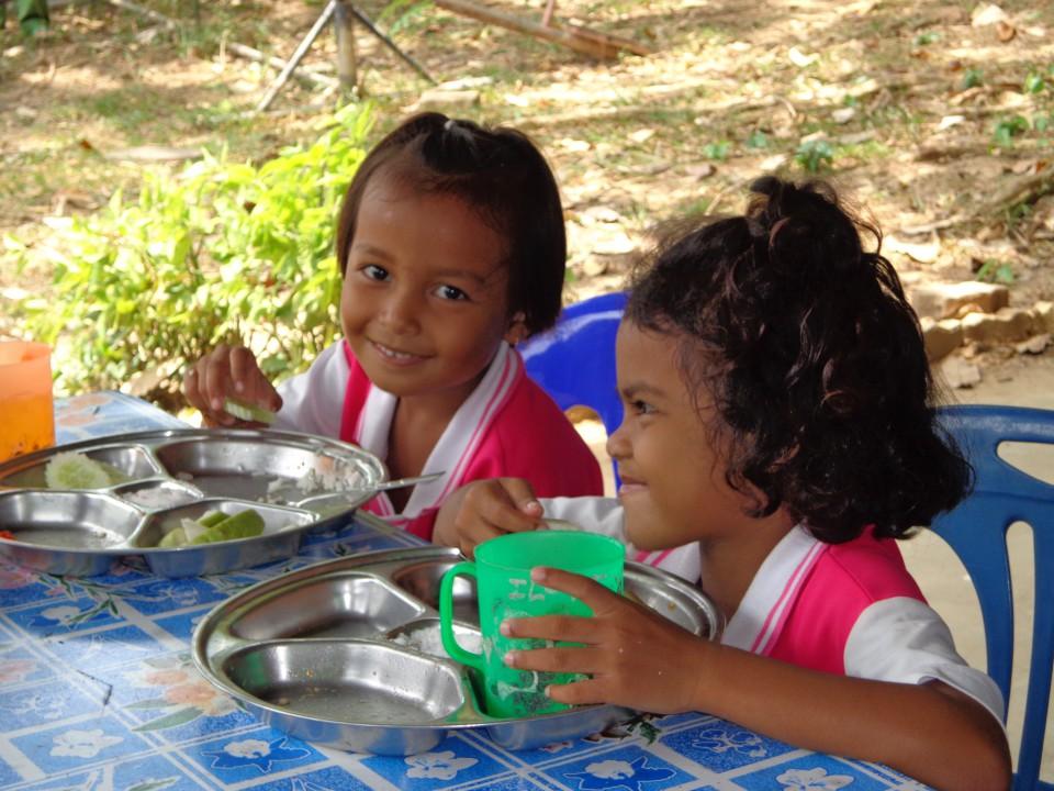 Blog Bild 5 Schulkinder bekommen Mittagessen