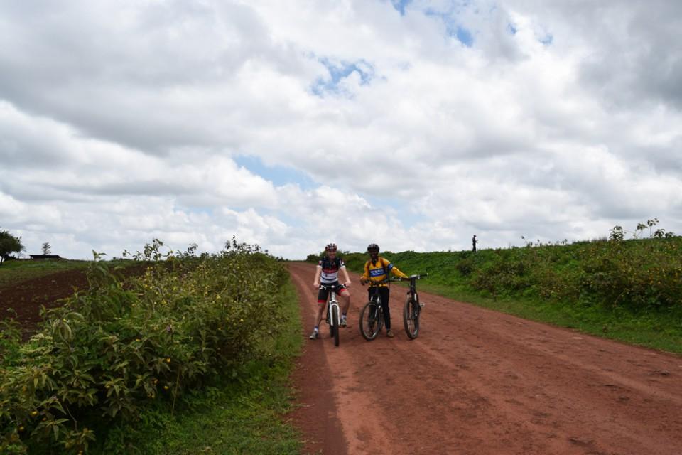 Radfahrer-auf-Schotterpiste-in-Tansania