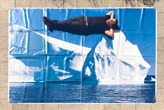 Werbeplane mit Eisbergmotiv