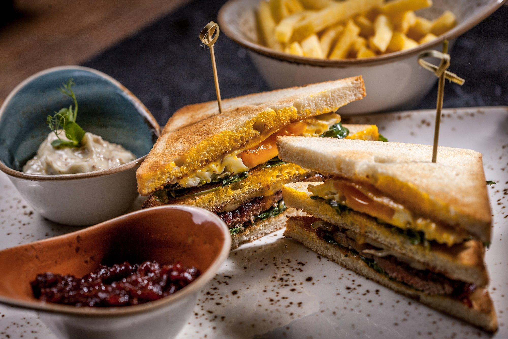 Club Sandwich aus dem Hotelrestaurant Twist im Valsana Hotel und Appartements.