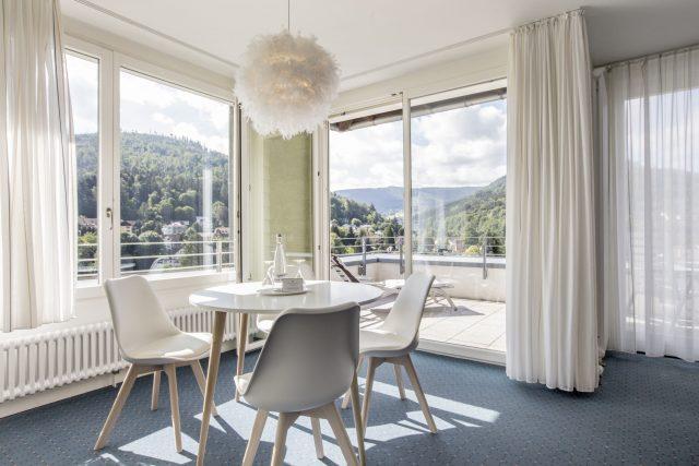 Wohnwelten mit Ausblick auf Bad Herrenalb und den Schwarzwald. © SCHWARZWALD PANORAMA