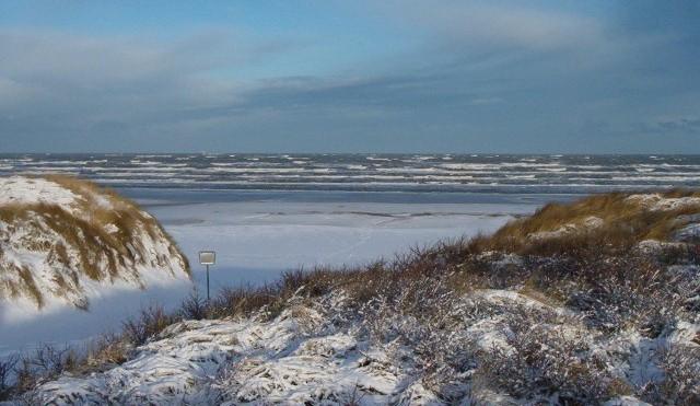 Beach on Juist covered in snow. © Strandhotel Kurhaus Juist